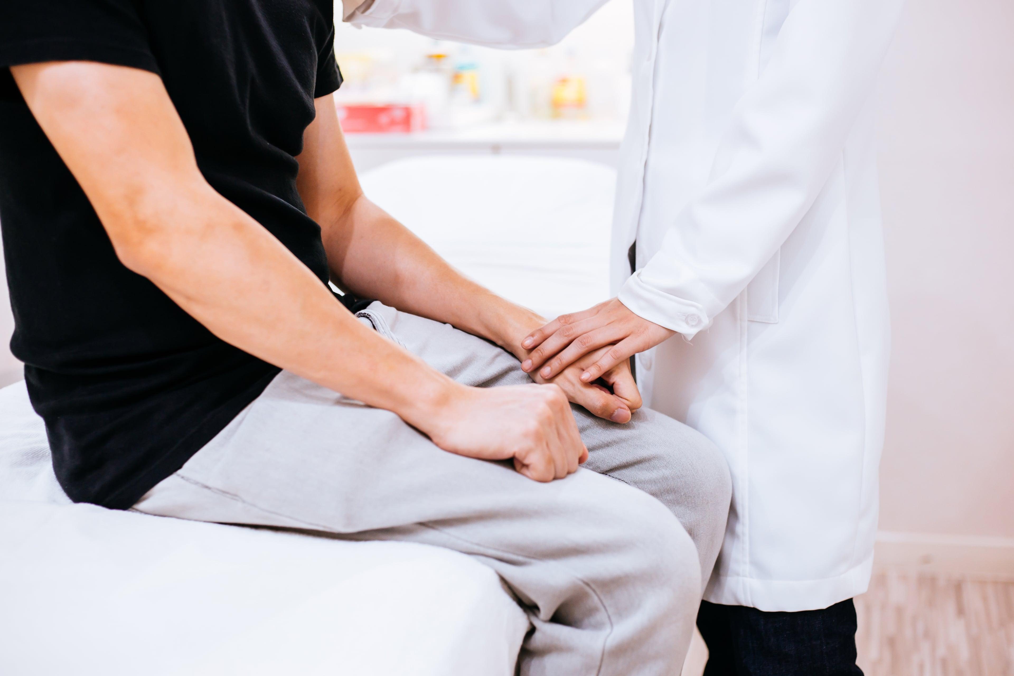 Жжение в яичках у мужчин: как снять и почему возникает